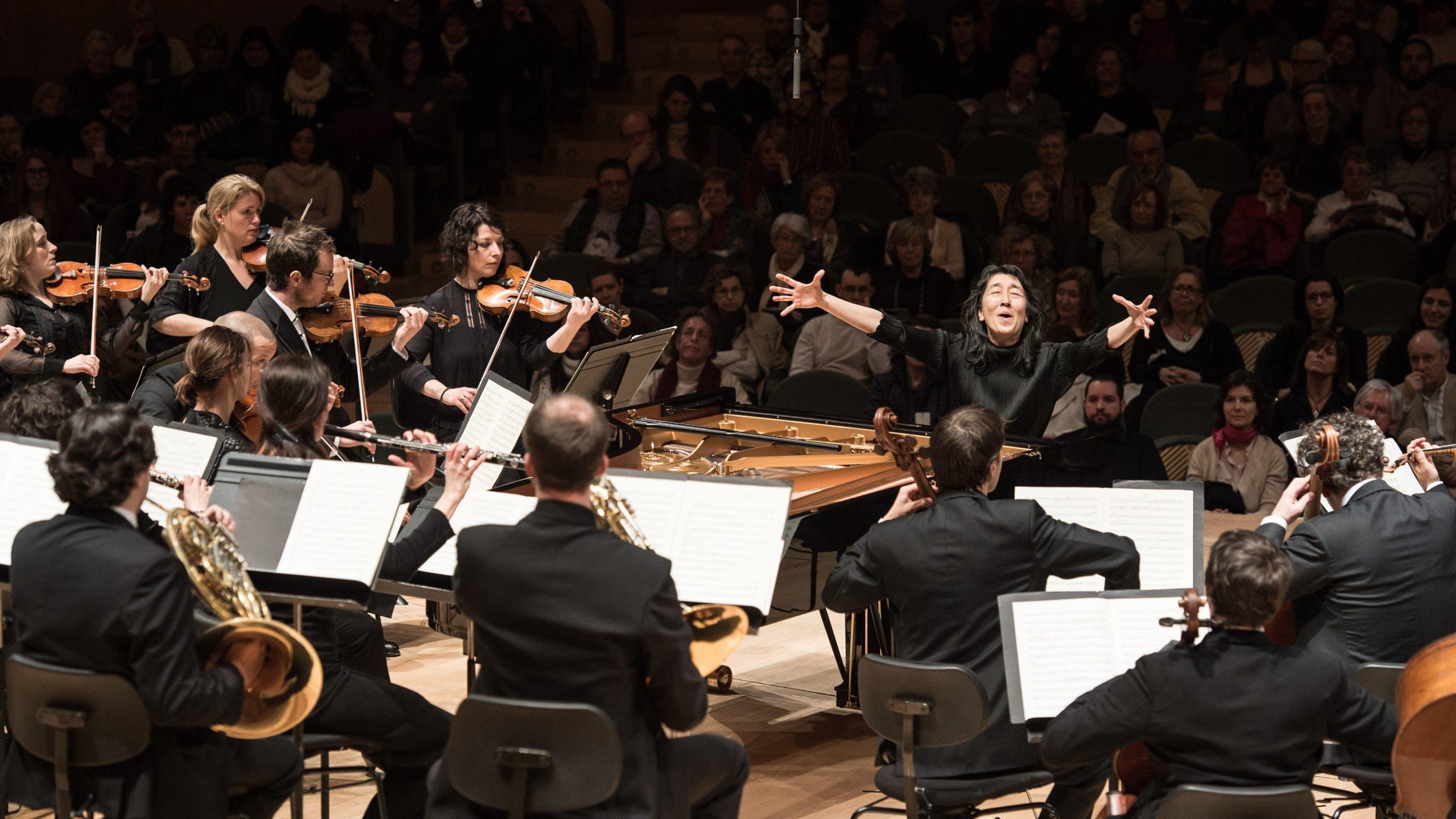 Mitsuko Uchida leads the Mahler Chamber Orchestra